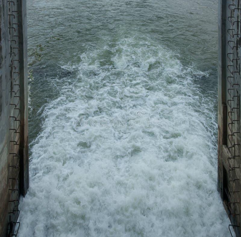 L'eau dans le barrage photos stock