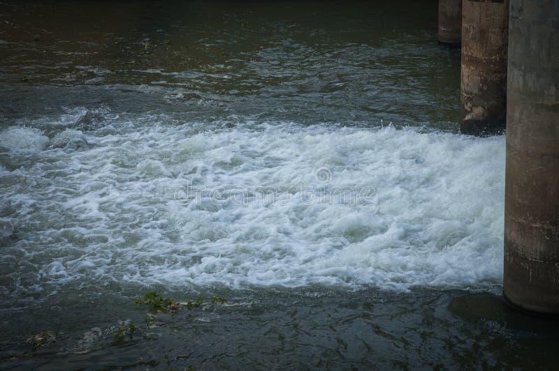 L'eau dans le barrage image libre de droits