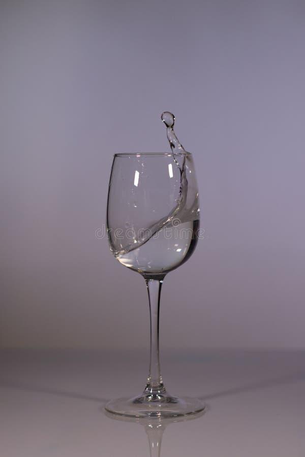 L'eau dans le verre Glace de l'eau Verre de l'eau sur un fond fonc? photographie stock libre de droits