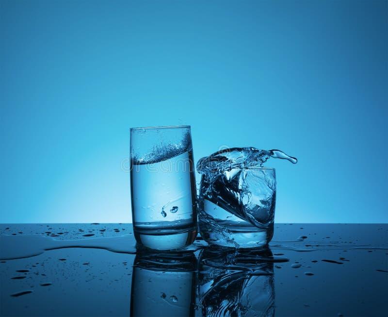 L'eau de éclaboussement reative de ¡ de Ð dans le verre photo stock