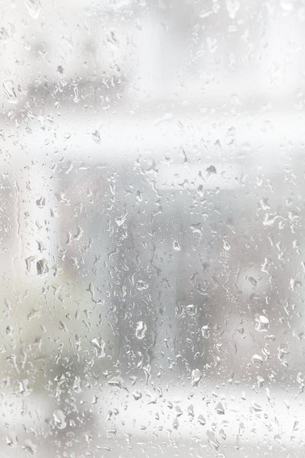 L'eau de baisse de pluie sur l'utilisation de miroir comme fond photographie stock libre de droits