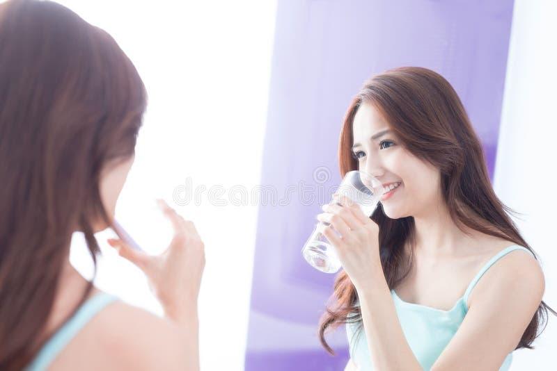 l'eau de boissons de jeune femme photographie stock