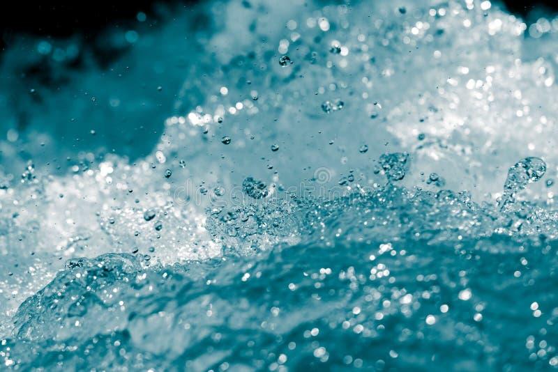 L'eau de bouillonnement bleue de sous les vagues image stock