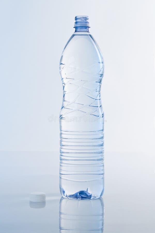 l'eau de bouteille bleue image libre de droits