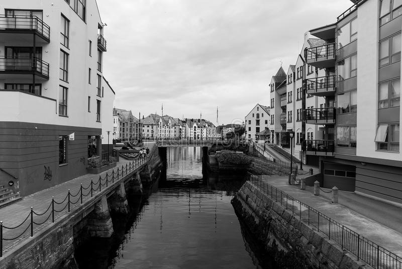 L'eau de canal avec des maisons de ville et pont dans Alesund, Norvège photo stock
