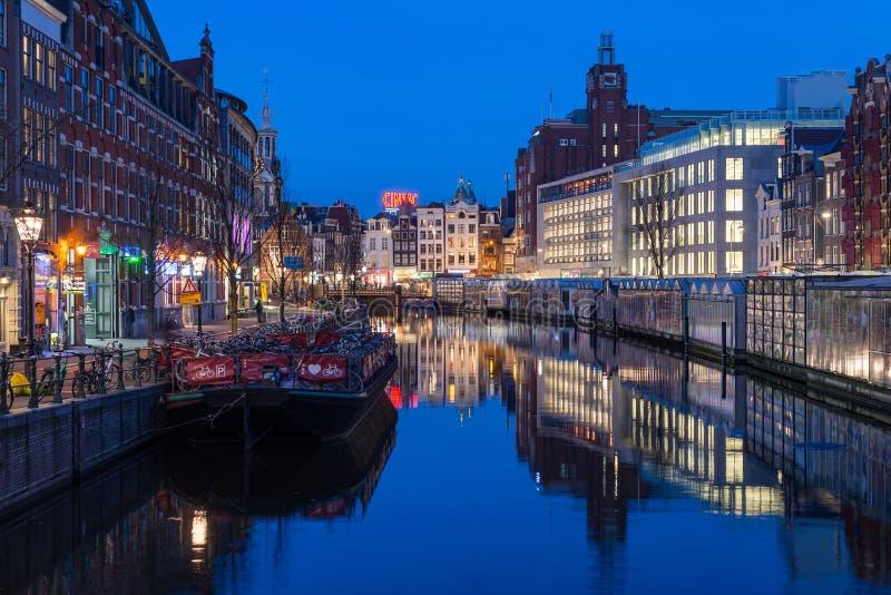 L'eau de centre de rue de canal de secteur de nuit d'Amsterdam photographie stock libre de droits