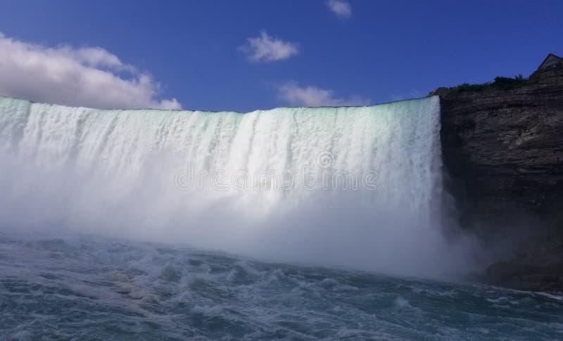 L'eau de chutes du Niagara jaillissant photo stock