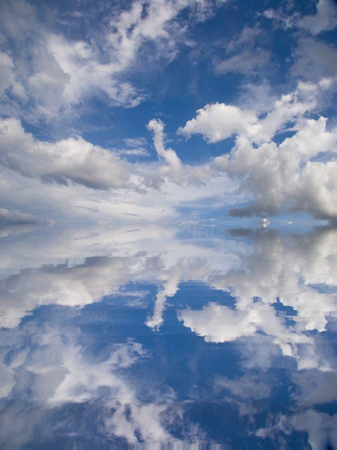 l'eau de ciel de réflexion illustration stock