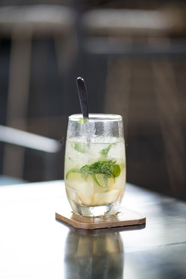 L'eau de citron avec de la glace photo stock