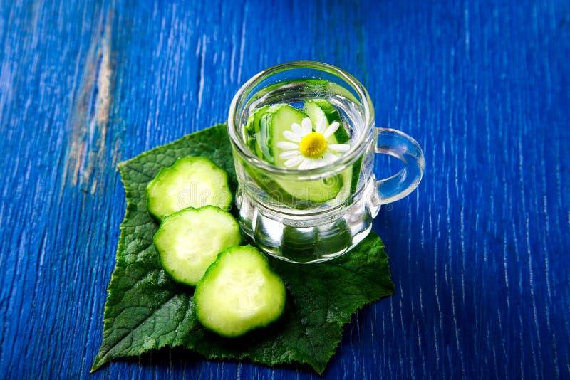 L'eau de concombre dans le pot en verre de petit maçon sur le fond bleu rustique photos libres de droits