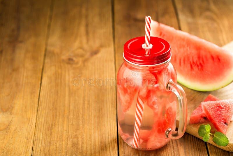 L'eau de Detox avec des tranches de pastèque dans un pot en verre photos libres de droits
