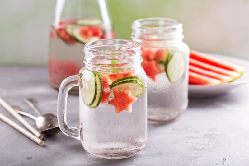 L'eau de detox de pastèque et de concombre photographie stock