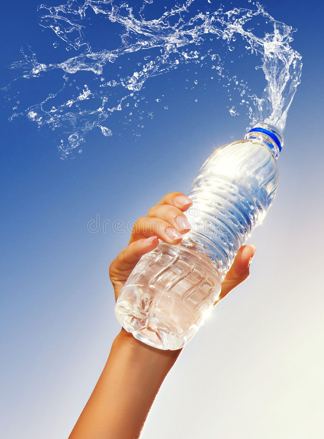 l'eau de fixation de main de bouteille photo stock