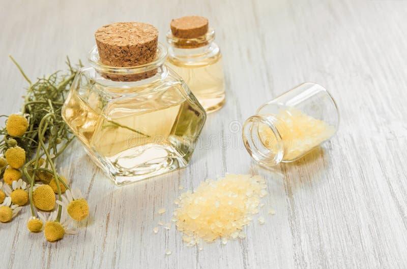 L'eau de fleur de camomille Bouteilles en verre avec l'infusion ou le hydrolate de la camomille et du bain pharmaceutiques ou le  photos libres de droits