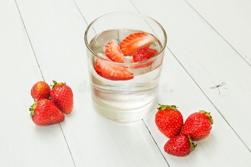 L'eau de fraise sur une table blanche légère Detox, un mode de vie sain boisson fraîche image stock