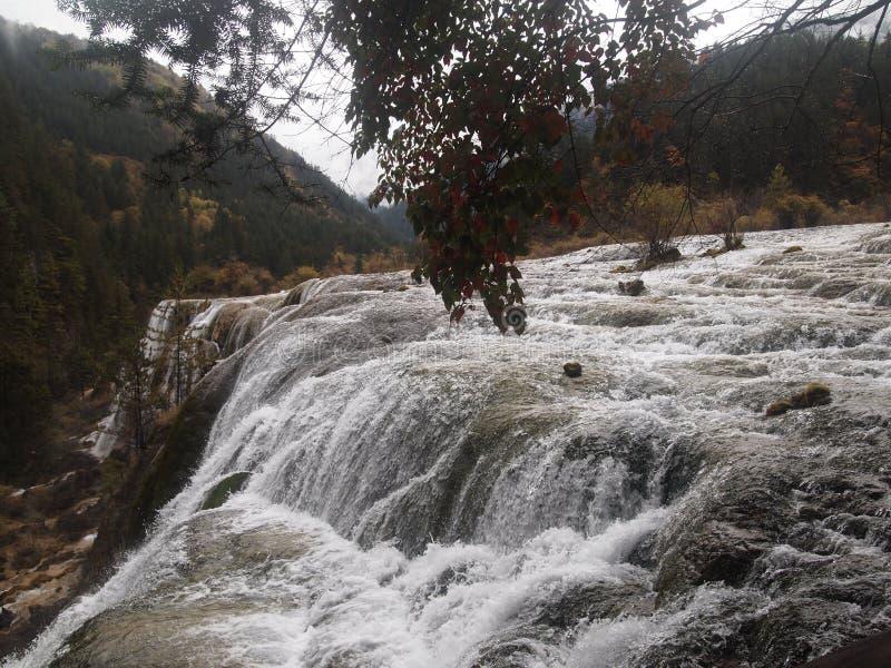 l'eau de jaillissement de la cascade image stock