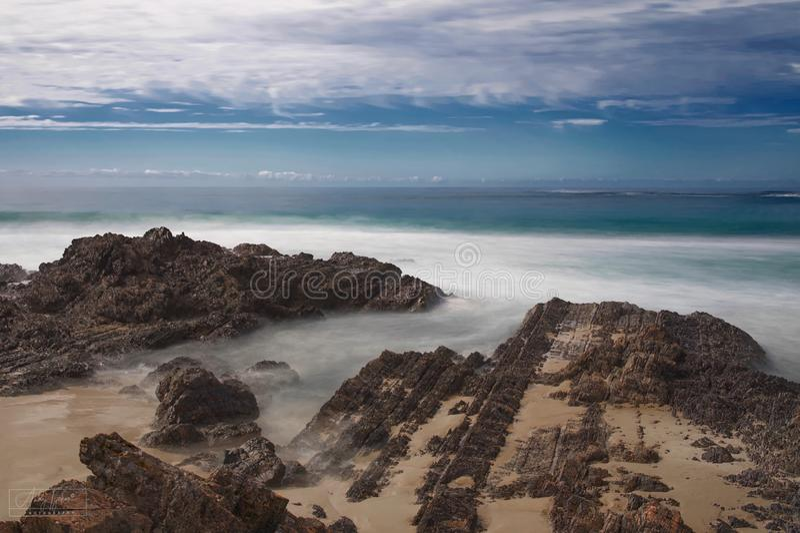 L'eau de la côte australienne qui coule sur la plage de Back Beach photo stock