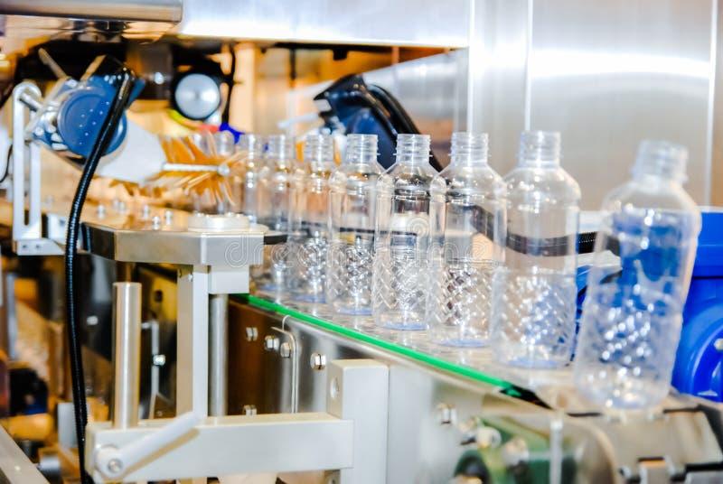 L'eau de mise en bouteilles sur la centrale photographie stock libre de droits