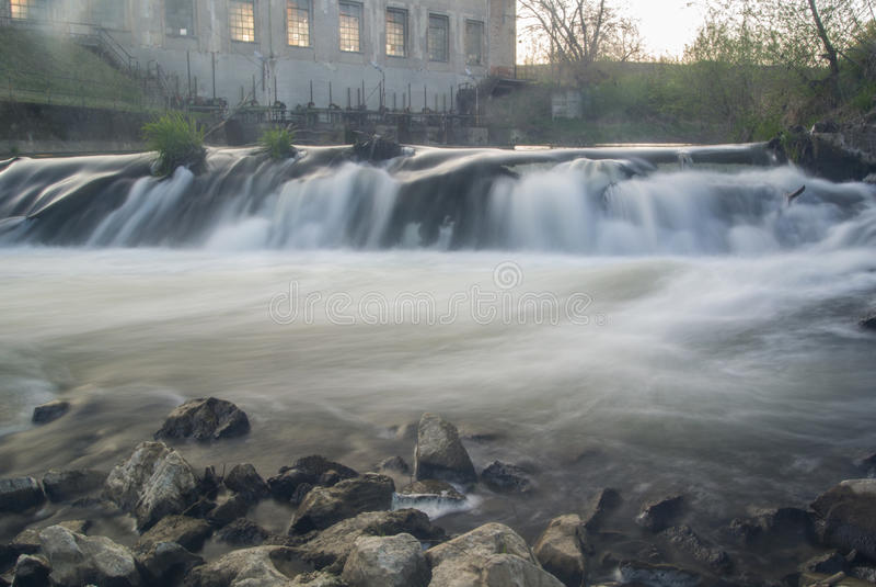 L'eau de mousse de rivière d'usine de Waterfal image libre de droits