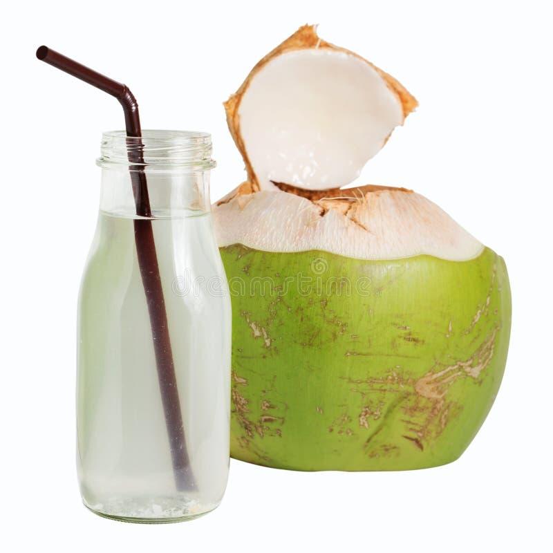 L'eau de noix de coco dans la bouteille en verre d'isolement sur le blanc photo libre de droits
