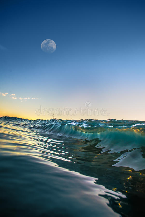 L'eau de ondulation d'océan après coucher du soleil photographie stock