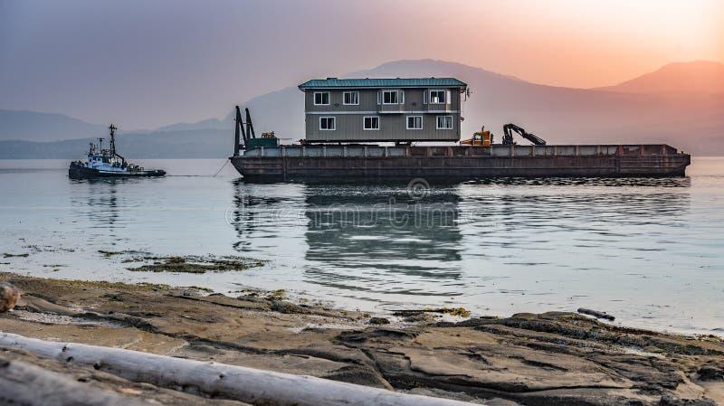 L'eau de péniche transportant le bâtiment mobile photos stock