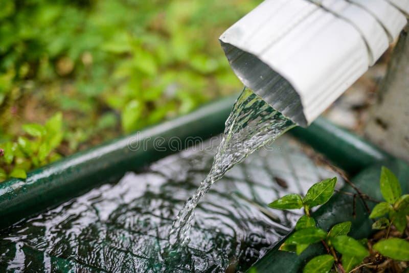 L'eau de pluie coulant en bas d'un filtre photos stock