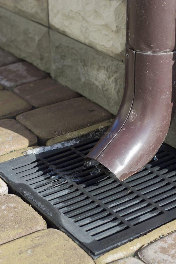 L'eau de pluie d'égout et l'égout râpent pour la canalisation photos libres de droits