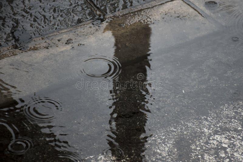 L'eau de pluie sur l'asphalte image stock