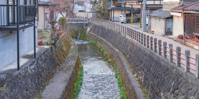 L'eau de pluie de transport de petit canal loin dans Takayama, Japon photo libre de droits