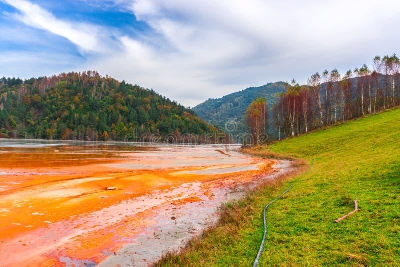 L'eau de pollution du mien de tonnelier dans le geamana, Roumanie photographie stock