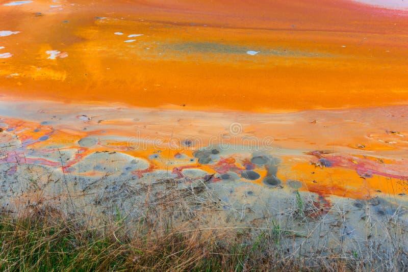L'eau de pollution du mien de tonnelier dans le geamana, Roumanie images stock