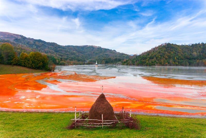 L'eau de pollution du mien de tonnelier dans le geamana, Roumanie photos stock