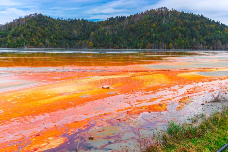 L'eau de pollution du mien de tonnelier dans le geamana, Roumanie photos libres de droits
