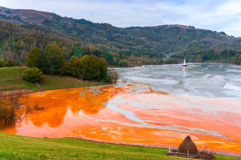 L'eau de pollution du mien de tonnelier dans le geamana, Roumanie images libres de droits
