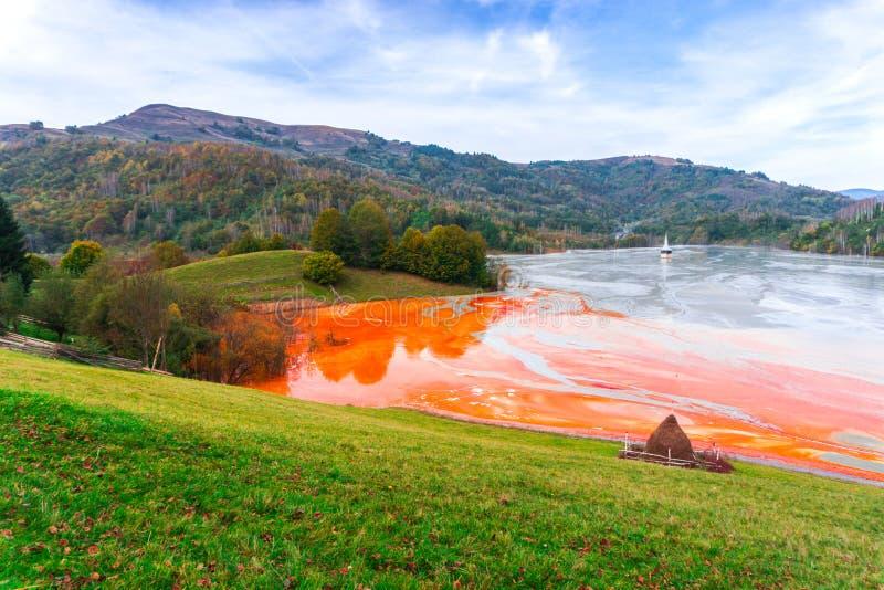 L'eau de pollution du mien de tonnelier dans le geamana, Roumanie photo libre de droits