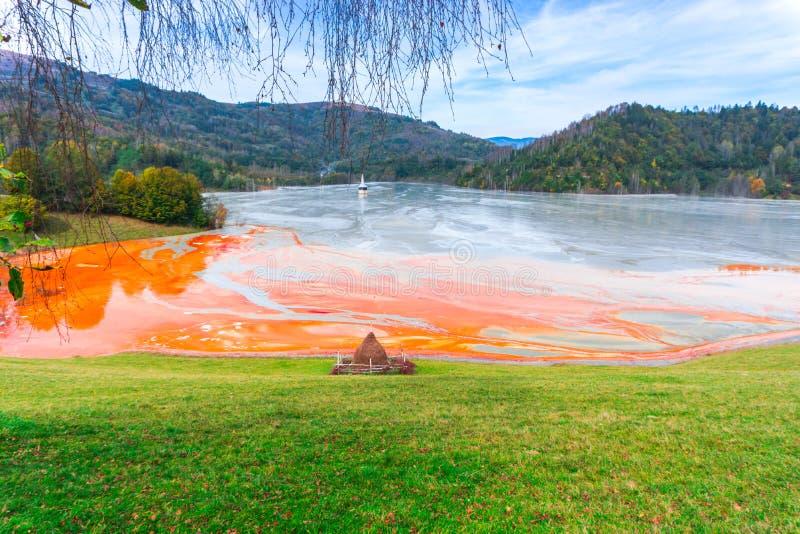L'eau de pollution du mien de tonnelier dans le geamana, Roumanie photo stock