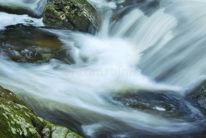 L'eau de précipitation à la base du ` s de charpentier tombe dans Granby, Connecticu image libre de droits