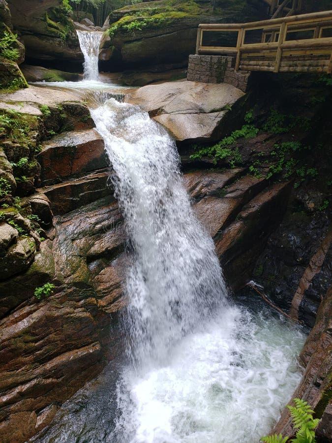 L'eau de précipitation crée la belle cascade photographie stock