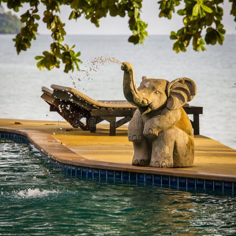 L'eau de pulvérisation de statue d'éléphant de plan rapproché dans une piscine à côté de la mer, Thaïlande image stock