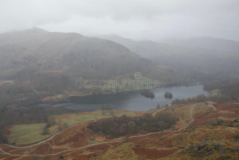 L'eau de Rydal dans le secteur de lac de brume, Angleterre, couleurs automnales la journée de printemps humide images stock