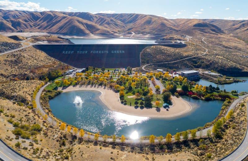 L'eau de scintillement au-dessous de la chance font une pointe le barrage en Idaho avec des arbres d'automne photos stock