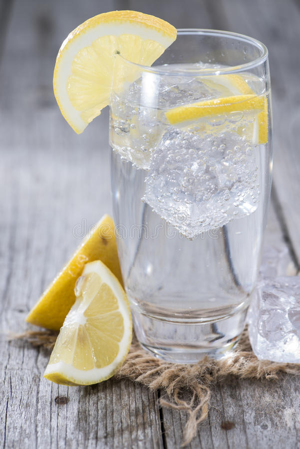 L'eau de scintillement avec le citron photographie stock libre de droits