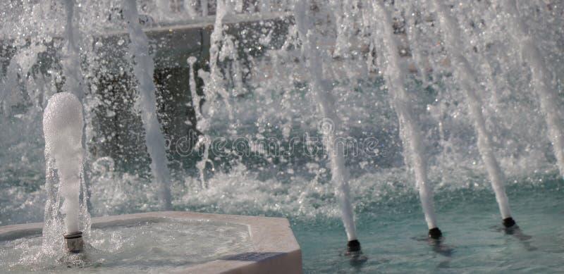 L'eau de scintillement de jaillissement de fontaines dans un poo photo stock