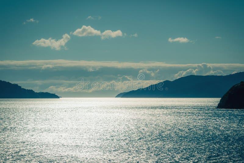 L'eau de scintillement sur la mer photos stock