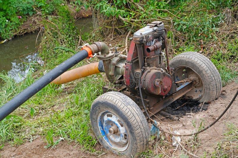 L'eau de transfert de moteur diesel de pompe à eau du courant au champ images stock