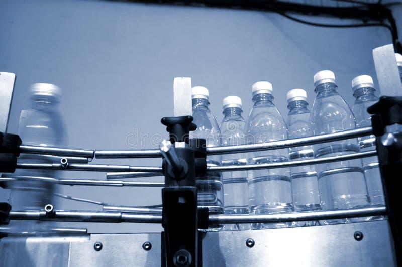 l'eau de transporteur de bouteilles de courroie photographie stock libre de droits