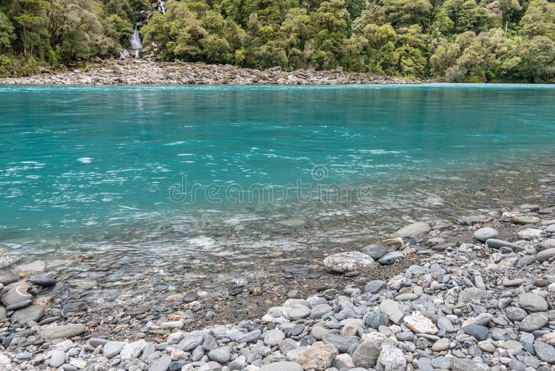 L'eau de turquoise et cascades d'hurler Billy Falls, Nouvelle-Zélande photographie stock libre de droits