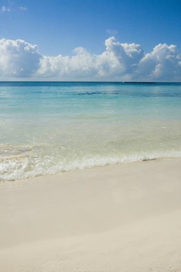 L'eau de turquoise et sable blanc image libre de droits