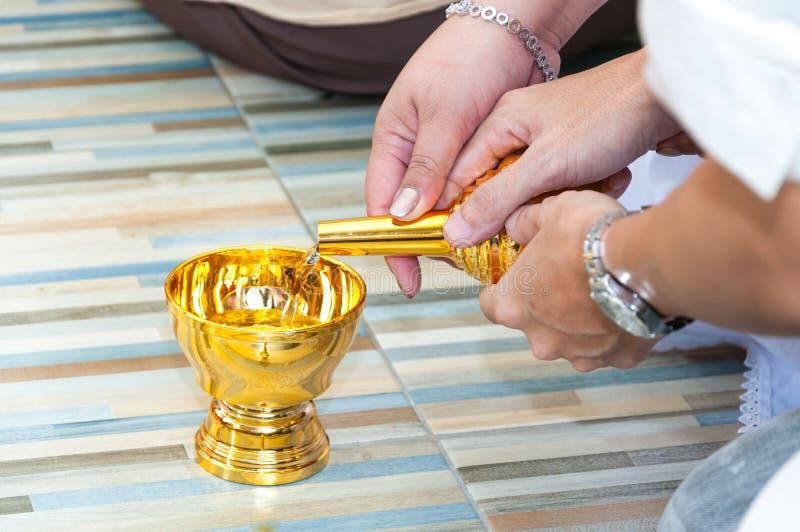 L'eau de versement du Graal du bouddhiste photo libre de droits